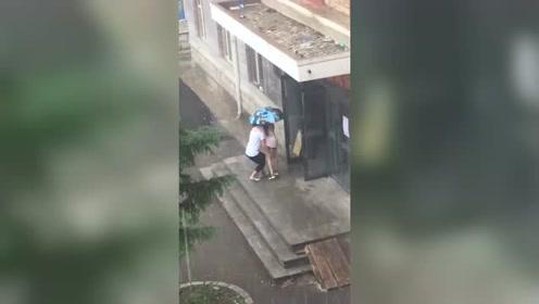 雨天暖男抱着女朋友回宿舍,好羡慕!
