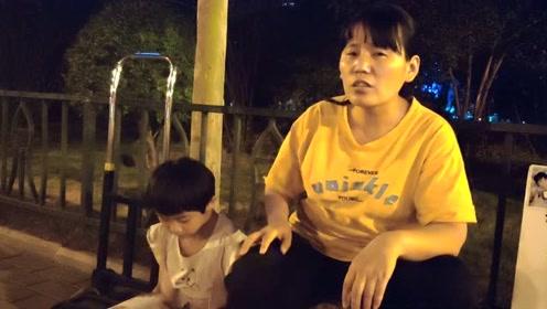 单亲母亲晚上摆摊卖辣椒油,挣钱救患病女儿
