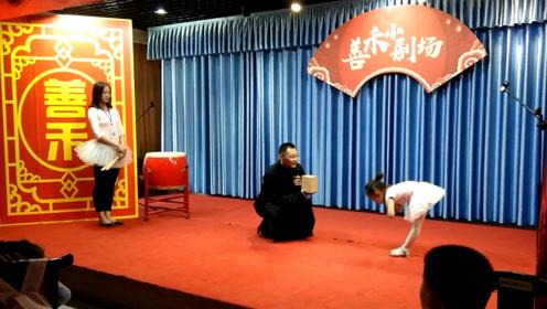 实拍:农村小舞台,农民孩子表演舞蹈很出色,还领了礼物