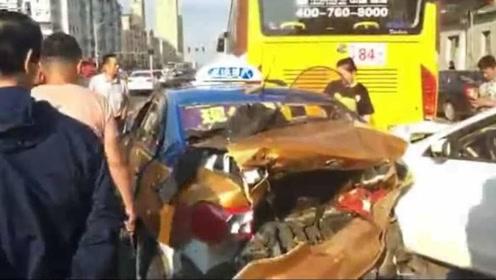 男子开车玩手机致3车连撞 现场一片狼藉