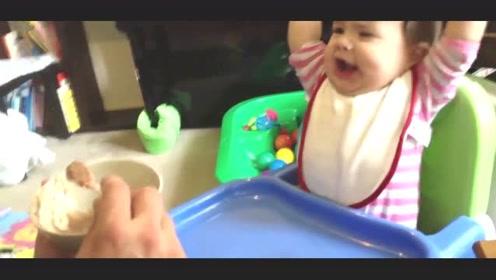 爸爸喂饭一个劲逗宝宝,饿坏了的宝宝立马拍桌子发火:还不快点喂