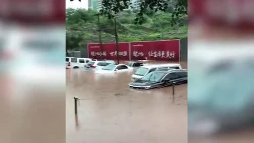 惊险!重庆涪陵暴雨袭城,两人过马路差点被洪水冲走
