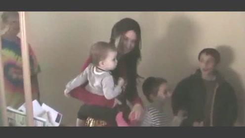 妈妈的妹妹来做客,接下来小宝宝一脸的懵圈,认不出哪个是亲妈了
