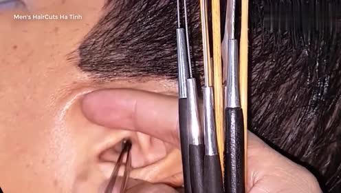 越式采耳男子耳朵清理出很大的耳垢,工具能一人一套就完美了