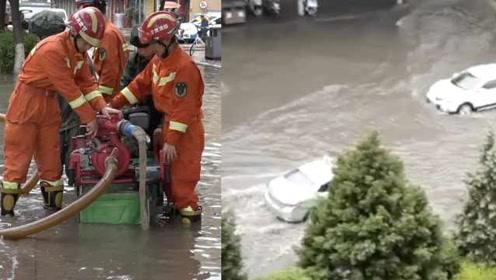 暴雨袭甘肃城区成河,部分路段积水深1米,消防守街头抽水推车