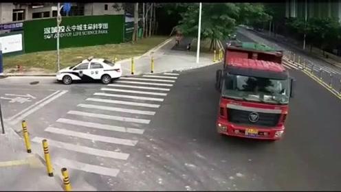 货车拐弯时突然加速,撞到电瓶车后又二次碾压,你怎么看!