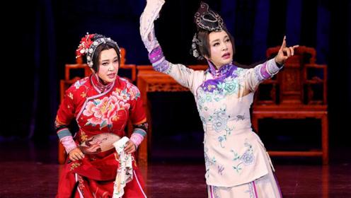哪像64岁?刘晓庆跪地献唱演话剧 穿旗袍秀身段风韵犹存