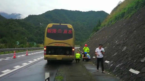 """""""老年""""客车高速上罢工!一小时内抛锚2次,28名乘客滞留"""