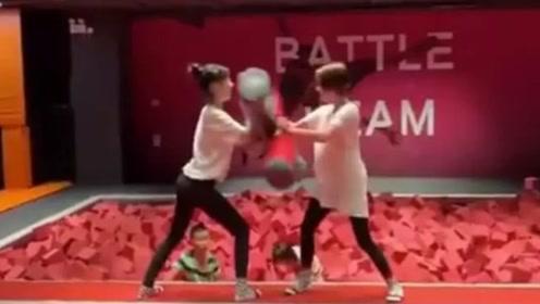 小S与女儿穿亲子装同框 溜滑梯假装搏斗超drama