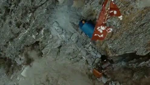 大叔来到山里乡村,突然发现一口蓝色棺材,里面还躺着个人