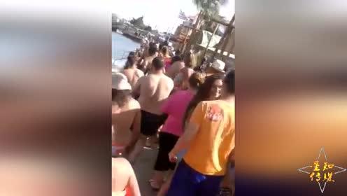 剑鱼沙滩浅水区产卵 被游客错认成鲨鱼扔东西砸死