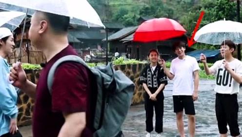 雨中送嘉宾,彭昱畅为张子枫打伞,这一举动暴露与妹妹的真实感情