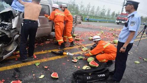 瓜农因车祸被困,救援过程中,交警脱下警服为其遮雨