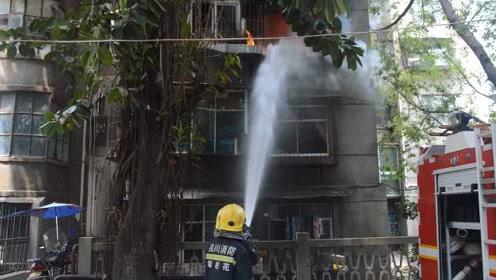 居民楼液化气罐爆燃,住户烧得体无完肤,消防冒浓烟入户搜寻