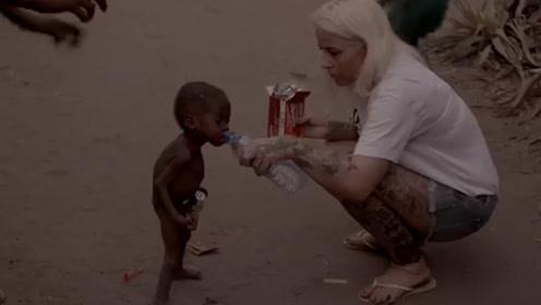 当年那个讨水喝的小孩,如今过得怎样?网友:小肚子都吃起来了