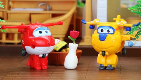 小趣和车车不小心把大奇的花瓶打碎了,多多帮他们修好花瓶