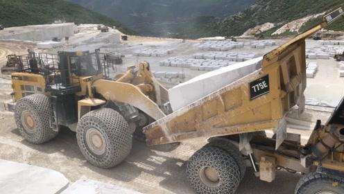 这些石头到底有多重!用大型卡车运输,一车只能运一块!