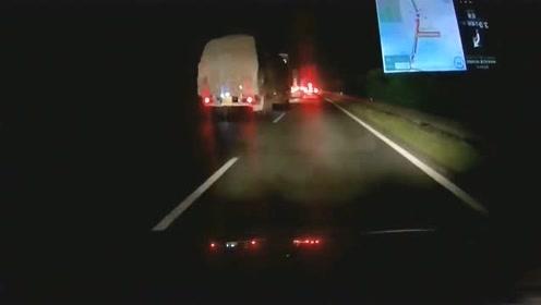 货车突然变道,对面的车辆发了疯,刹车已经来不及了