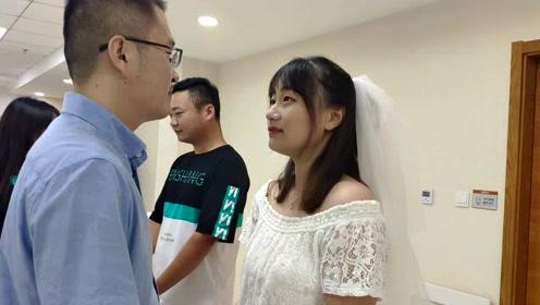 七夕节恰逢相恋一周年纪念日,她戴头纱来领结婚证