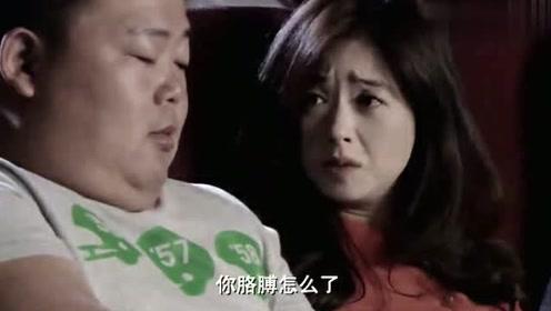 在电影院内,男子一个动作,感动了美女!