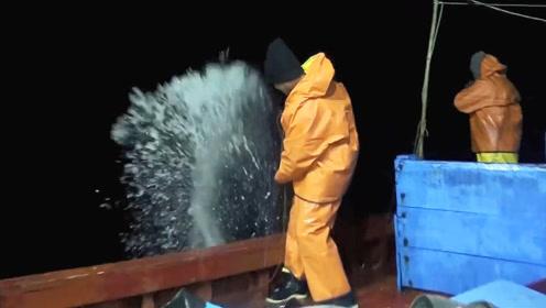 远洋大赤鱿钓捕作业,被大鱿鱼喷水打脸是经常的!