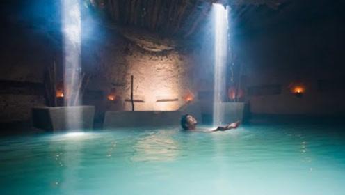农村小伙在地下打造私人泳池,进去先要点上蜡烛,跳进去参观下!