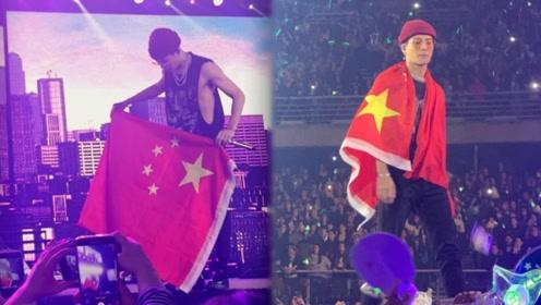 这才是中国当下的偶像!王嘉尔身披国旗与全场互动,瞬间泪目了!