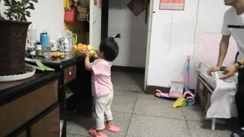 妈妈让宝宝拿水果,给小姨的男朋友吃,宝宝直接连盆端过去!
