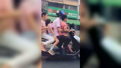 实拍:广东一男子骑电动车载5名小孩狂奔