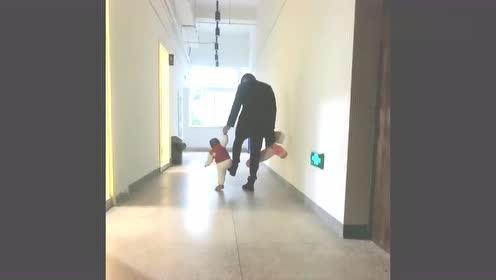 爸爸教10个月女儿走路,接下来爸爸举动绝了,网友:怕是个后爸!