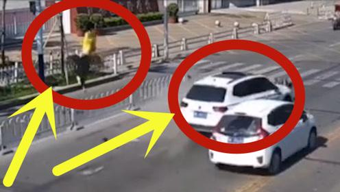 """白色SUV越双黄线逆行超车,吓得外卖小哥要""""上天"""",好刺激!"""