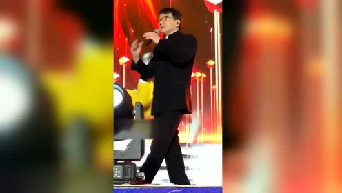 成龙大哥台上表演,被舞蹈小哥后腿扫到,大哥面不改色继续表演