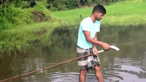 这应该是把渔叉玩的最好的国外小哥哥了,游动的鱼都能捕到