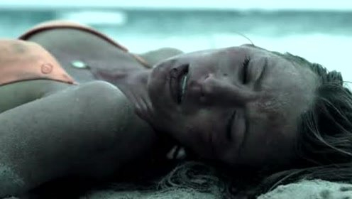 女孩独自去沙滩游泳,结果被大白鲨困在海上,伙伴来营救无一幸免