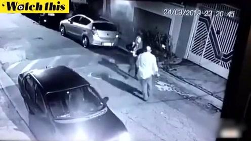 深夜空旷街头巴西金发美女被猥亵 女子掏出枪一招撂倒男子