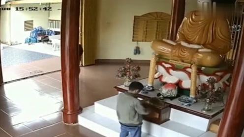 情侣到寺庙拜佛,如果没有监控,谁会信他们做出这种荒唐事!