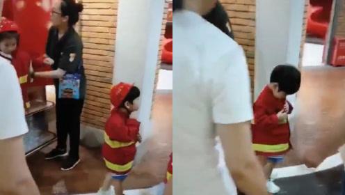 全家出动!杨颖带儿子帮助黄晓明宣传新片,小海绵穿爸爸同款超萌