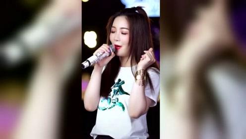 小姐姐翻唱刘德华经典粤语歌曲《17岁》,一下就火了起来