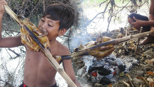 田园美食:东南亚小伙户外制作烤鸭,直接抱着啃看饿了