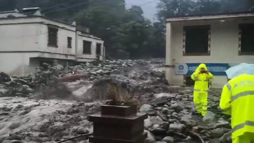 四川阿坝遭暴雨多条道路中断 交警呼吁:社会车辆暂不要前往汶川