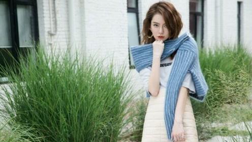真·反季节穿搭!戚薇米色羽绒裙搭条纹毛绒披肩清新显活力