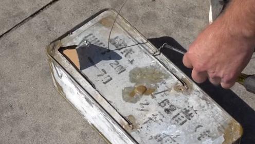 小伙探险发现生锈的铁盒 打开看后吓出一身冷汗