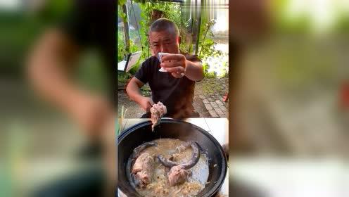 这道菜看着不怎么样,但是用大铁锅炖出来老香了!酸菜炖血肠棒骨