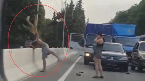 两车发生交通事故,一言不合就开打,光膀的是狠人,扛起对方就扔