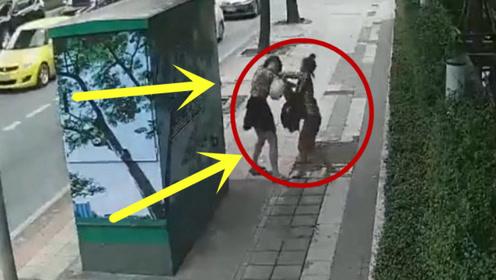 一名短裙美女正走路回家时,与另一名女子偶遇后,结果突然被打!