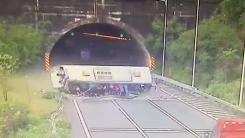 老挝大巴事故13人遇难,大巴出车祸太恐怖了!