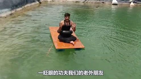 牛人小伙自制水桶船,一块木板和6个水桶,这船能下水吗