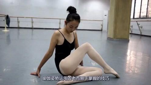 瑜伽的压腿练习!小姐姐纤腰长腿加白丝!网友:我想当教练