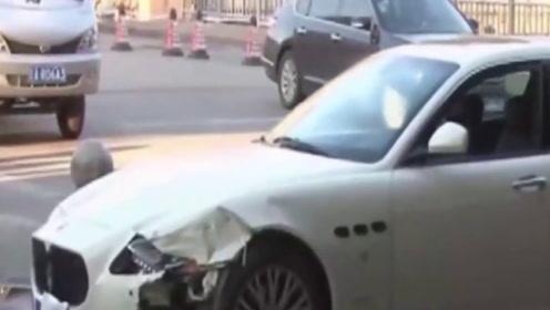 玛莎拉蒂与出租车相撞,女司机当场吓哭,豪车变废铁
