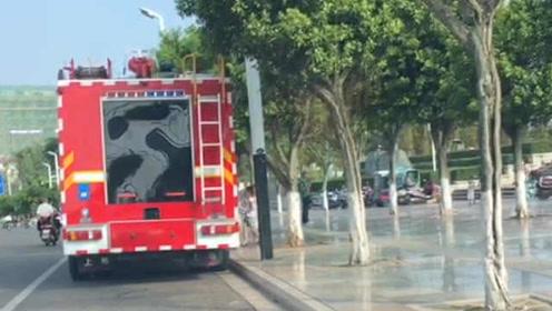 这是什么小天使!见消防员烈日下执勤,超萌萝莉让妈停车送水